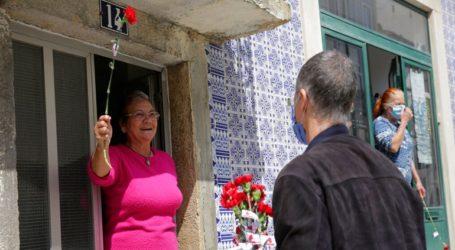 Τραγουδώντας από τα παράθυρα οι Πορτογάλοι τίμησαν την επέτειο της Επανάστασης των Γαριφάλων