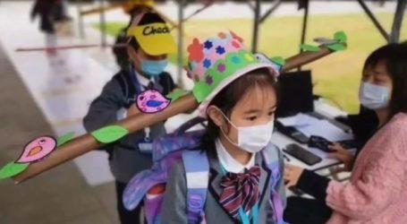 Μαθητές φοράνε καπέλα με «πτερύγια» για να κρατάνε αποστάσεις