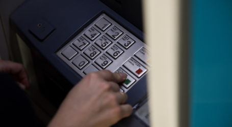 Ξεκινά ο δεύτερος γύρος πληρώμων για το επίδομα των 800 ευρώ – Πότε θα μπουν τα λεφτά στα ΑΤΜ