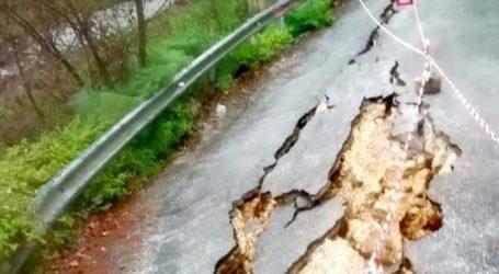 Απίστευτες εικόνες: Άνοιξε στα δύο ο δρόμος στη Μακρινίτσα