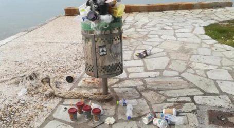 Γέμισαν σκουπίδια οι κάδοι