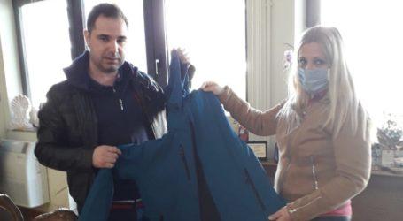 Διακόσια μπουφάν από την Περιφέρεια Θεσσαλίας στους Πυροσβέστες του Βόλου