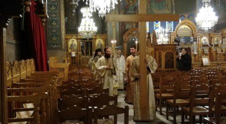 Βόλος: Καρέ – καρέ η περιφορά του Επιταφίου μέσα στον Μητροπολιτικό ναό του Αγ. Νικολάου [εικόνες]