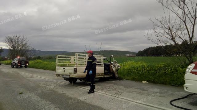 Σφοδρή πλαγιομετωπική σύγκρουση έξω από την Ελασσόνα - Εγκλωβίστηκε κοπέλα (φώτο)