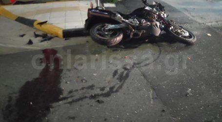 Σοβαρό τροχαίο στην οδό Βόλου – Μηχανή συγκρούστηκε με αυτοκίνητο (φωτο)
