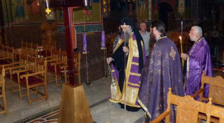 Ελασσόνα: Ρίγος συγκίνησης στον άδειο Άγιο Δημήτριο στην τοποθέτηση του Εσταυρωμένου τη Μεγάλη Πέμπτη