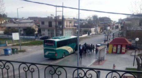 Δείτε φωτογραφία: Πρόσφυγες από το Κουτσόχερο ανενόχλητοι συνωστίζονται για να ανέβουν στο λεωφορείο!