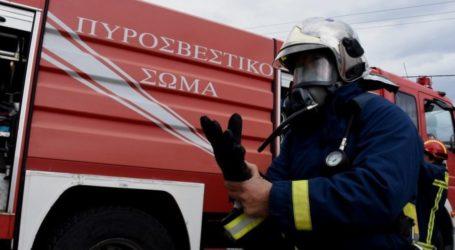 ΤΩΡΑ: Φωτιά σε καμινάδα σπιτιού στον Βόλο