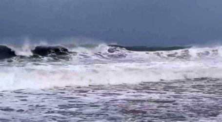 Εντυπωσιακά βίντεο: Φουρτουνιασμένη η θάλασσα στα παράλια της Αγιάς – Πλημμύρισαν τα ρέματα