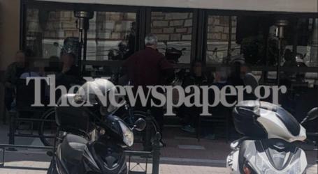 Βόλος: Έκαναν «κατάληψη» στις κλειστές καφετέριες οι Βολιώτες – Δείτε εικόνες
