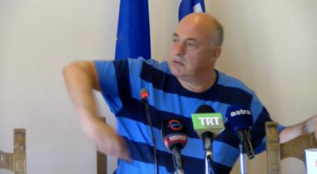 Το βίντεο που έγινε viral – Ο Μπέος πετάει το κινητό του που τον διακόπτει σε συνέντευξη τύπου