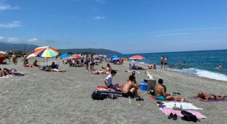 Γέμισε με λουόμενους η παραλία του Αγιόκαμπου σήμερα Κυριακή – Δείτε τις φωτογραφίες