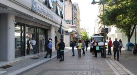 Οι ουρές σε τράπεζες μόνιμο πλέον …θέαμα στη Λάρισα (φωτο)