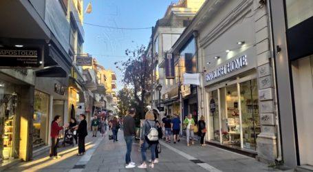 «Βούλιαξε» από κόσμο η εμπορική αγορά του Βόλου – «Ουρές» στα καταστήματα [εικόνες]