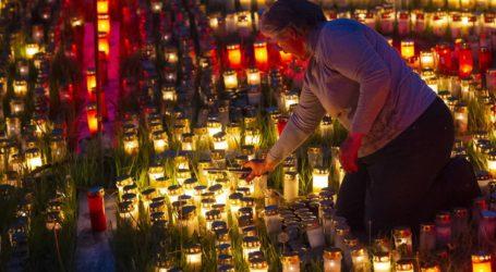 Χιλιάδες κεράκια για τους νεκρούς του κορωνοϊού