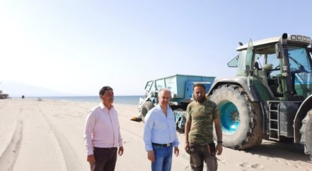 Συνεχίζονται οι εργασίες καθαρισμού της παραλίας του δήμου Τεμπών