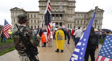 Ένοπλοι διαδήλωσαν μέσα στο Καπιτώλιο του Μίσιγκαν εναντίον των μέτρων περιορισμού