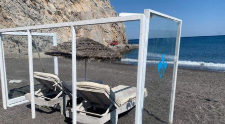 Άρχισαν να τοποθετούνται πλεξιγκλάς σε παραλίες με ξαπλώστρες στη Σαντορίνη