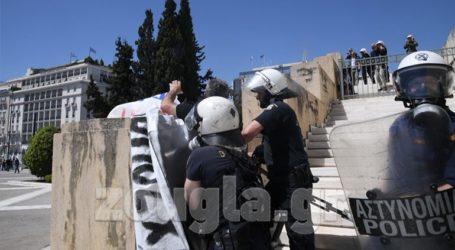 Ένταση στη Βουλή – Διαδηλωτές προσπαθούν να ανέβουν τα σκαλιά