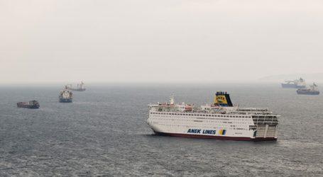 Με τους μισούς επιβάτες τα δρομολόγια των πλοίων
