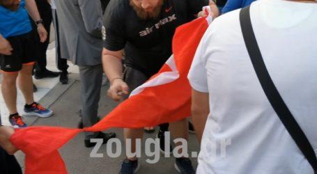Έκαψαν την τουρκική σημαία στο Σύνταγμα