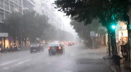 Ισχυρή βροχόπτωση σε εξέλιξη και κυκλοφοριακή συμφόρηση στους δρόμους της πόλης