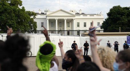 Οργή διαδηλωτών μπροστά στον Λευκό Οίκο για τη δολοφονία του Τζορτζ Φλόιντ