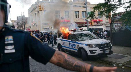 Οχήματα της αστυνομίας της Νέας Υόρκης πέφτουν πάνω σε πλήθος διαδηλωτών