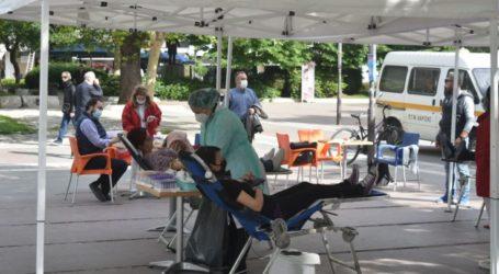 Λαρισαίοι δίνουν αίμα από το πρωί στην Κεντρική πλατεία (φωτο)