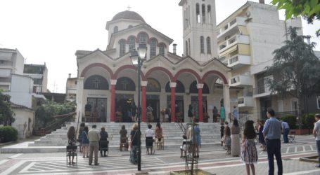 Δείτε φωτογραφίες από τους Ιερούς Ναούς της Λάρισας: Έσπευσαν να εκκλησιαστούν οι πιστοί