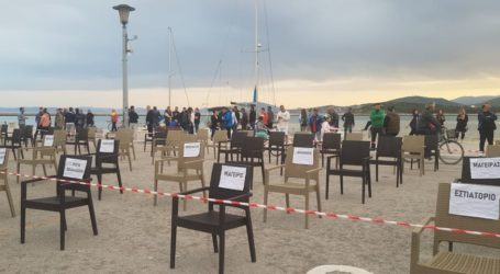 Άδειες καρέκλες στην παραλία του Βόλου – Βουβή διαμαρτυρία της Εστίασης [εικόνες]