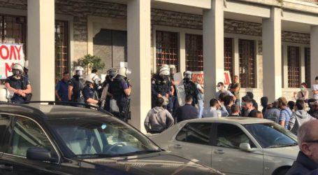 Βόλος: Στο Δημαρχείο τα ΜΑΤ – Ένταση στη συνεδρίαση για το εργοστάσιο SRF [εικόνες]