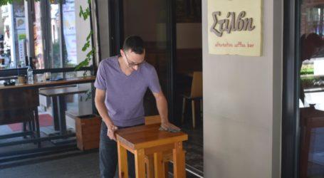 Δείτε φωτογραφίες: Οργασμός ετοιμασιών στα καφέ της Λάρισας – Με τους μισούς υπαλλήλους θα ανοίξουν τη Δευτέρα!