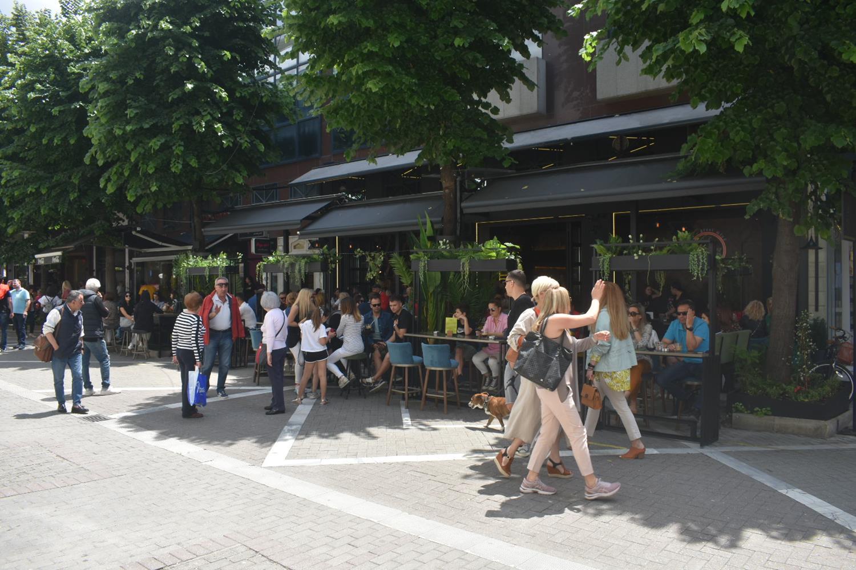 Επιτέλους... βόλτα: Σφύζει από ζωή το κέντρο της Λάρισας το μεσημέρι του Σαββάτου