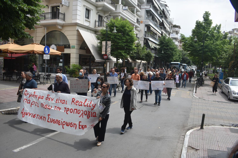 Πλημμύρισε με διαμαρτυρόμενους εκπαιδευτικούς το κέντρο της Λάρισας - Ζητούν απόσυρση του νομοσχεδίου για την παιδεία (φωτό - video)