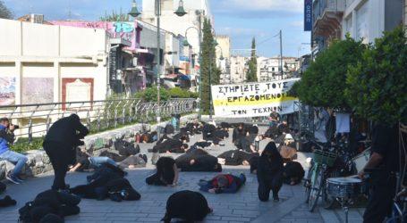 Ένωσαν τις φωνές τους για τον Πολιτισμό στη Λάρισα – Συμβολική διαμαρτυρία καλλιτεχνών μπροστά από το Αρχαίο Θέατρο (φωτο – βίντεο)