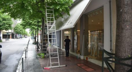 Δείτε φωτορεπορτάζ: Οργασμός προετοιμασιών στο εμπορικό κέντρο της Λάρισας