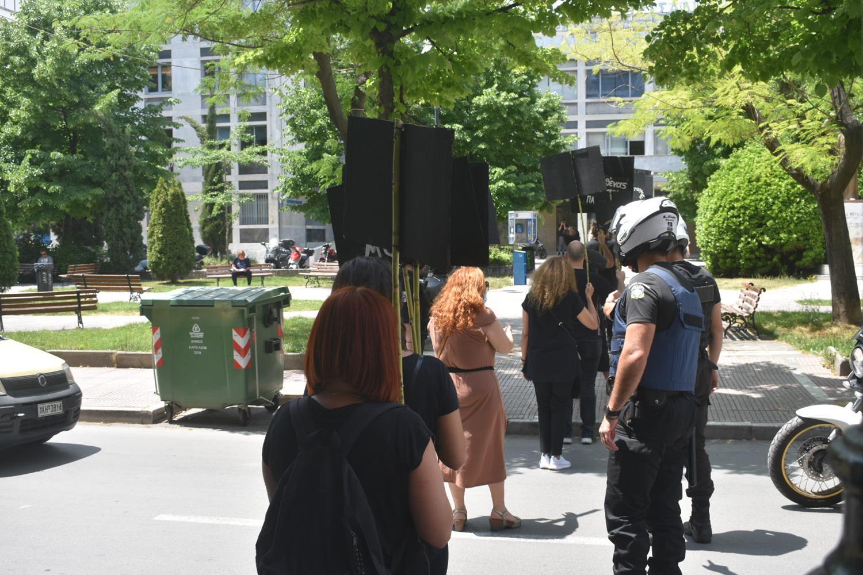 Κραυγή απόγνωσης από Λαρισαίους του χώρου του πολιτισμού - Διαμαρτυρήθηκαν σιωπηρά με πλακάτ στο κέντρο της πόλης (φωτό)
