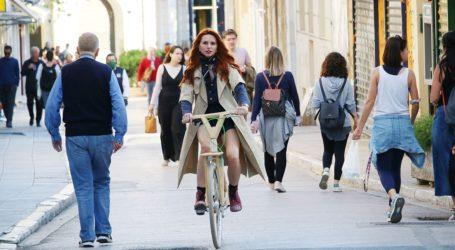 Έβελυν Καζαντζόγλου: Βόλτα με το ποδήλατό της στην Πλάκα