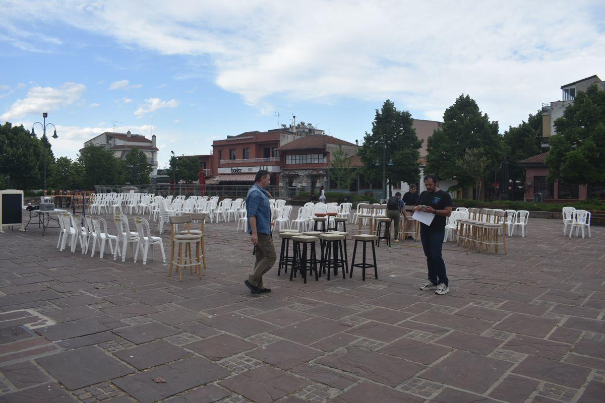 Λάρισα: Άδειες καρέκλες ξεκίνησαν να στήνονται στο Φρούριο – Μία ιδιότυπη διαμαρτυρία των ιδιοκτητών καφέ και εστίασης (φωτο)