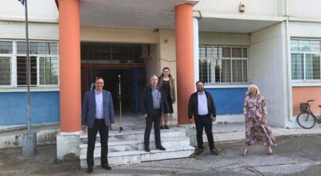 Στα Λύκεια του Τυρνάβου ο δήμαρχος Γ. Κόκουρας – Μοιράστηκαν μάσκες και αντισηπτικά