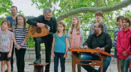 Αλκίνοος Ιωαννίδης και Εστουδιαντίνα ερμηνεύουν τραγούδι για το «Νερό των Σταγιατών» – Δείτε βίντεο