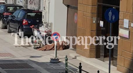 Βόλος: «Γροθιά στο στομάχι» η εικόνα άστεγου που κοιμάται στο κέντρο της πόλης