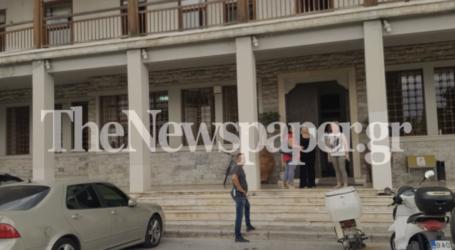 ΤΩΡΑ: «Ντου» αντιεξουσιαστών στο δημαρχείο Βόλου