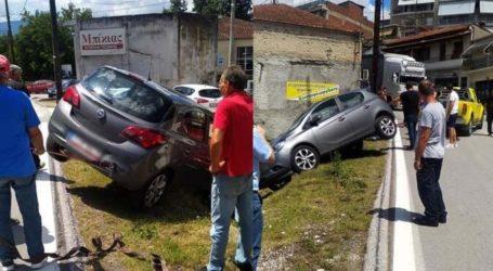 Λάρισα: Εχασε τον έλεγχο του αυτοκινήτου και βγήκε εκτός δρόμου μέσα στην Ελασσόνα (φωτο)