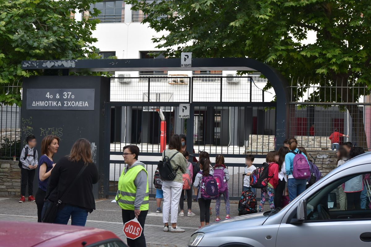 Έτσι άνοιξαν σήμερα τα Δημοτικά Σχολεία στη Λάρισα: Τι λένε οι Διευθυντές για την επιστροφή των μαθητών (φωτο – βίντεο)