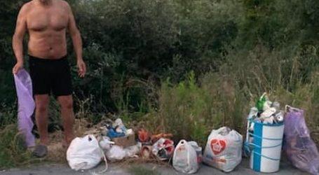 Μάζεψε σκουπίδια από την ακτή ο Κ. Χαλέβας