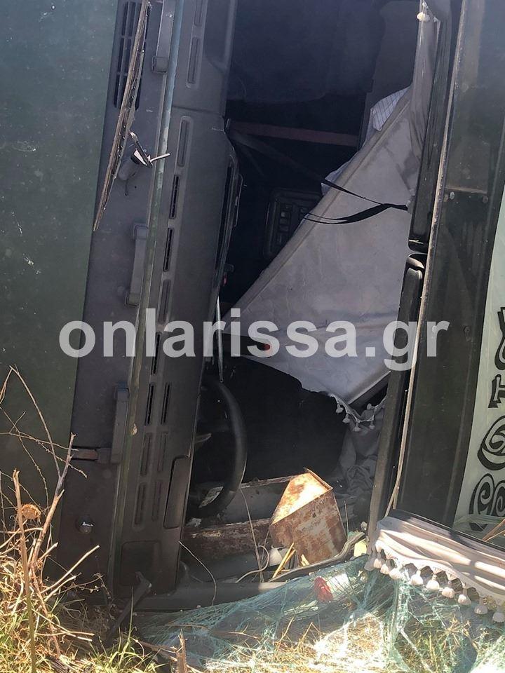 Δείτε φωτογραφίες: Η επιχείρηση ανάσυρσης της νταλίκας στο Μόδεστο - Κλειστός ο δρόμος Λάρισας - Βόλου