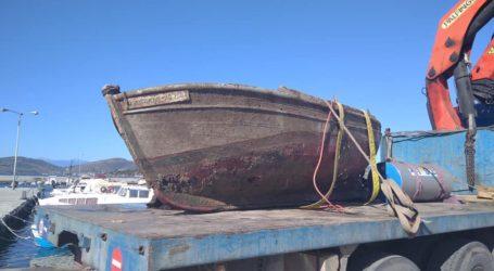 Βόλος: Ανέλκυση βάρκας από το λιμάνι του Αγ. Κωνσταντίνου