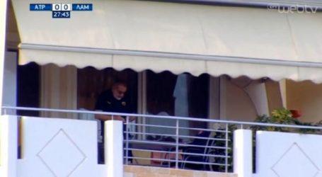 Από το μπαλκόνι του και με φανέλα της ΑΕΚ, οπαδός βλέπει το Ατρόμητος-Λαμία (video)